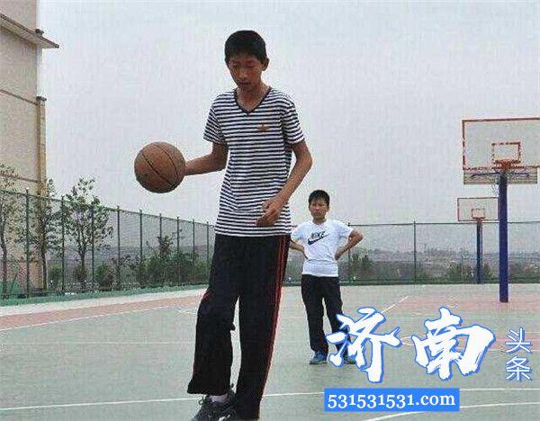 """济南章丘""""小姚明""""身高2米17青岛男篮有望进入CBA赛场"""
